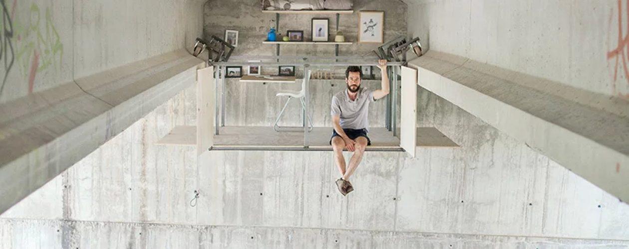 Diseñador español construye su estudio bajo un puente.
